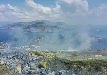 Arrivare sul cratere di Vulcano, una delle esperienze da fare alle Eolie