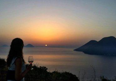 Degustare un buon bicchiere di Malvasia delle Eolie, guardando il tramonto tra le isole