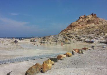 Fare un bagno nella pozza di fango sull'isola di Vulcano, Eolie